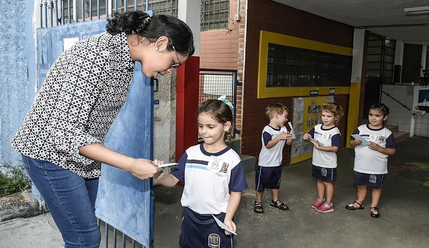Crianças aprendem eliminar o mosquito da dengue na escola