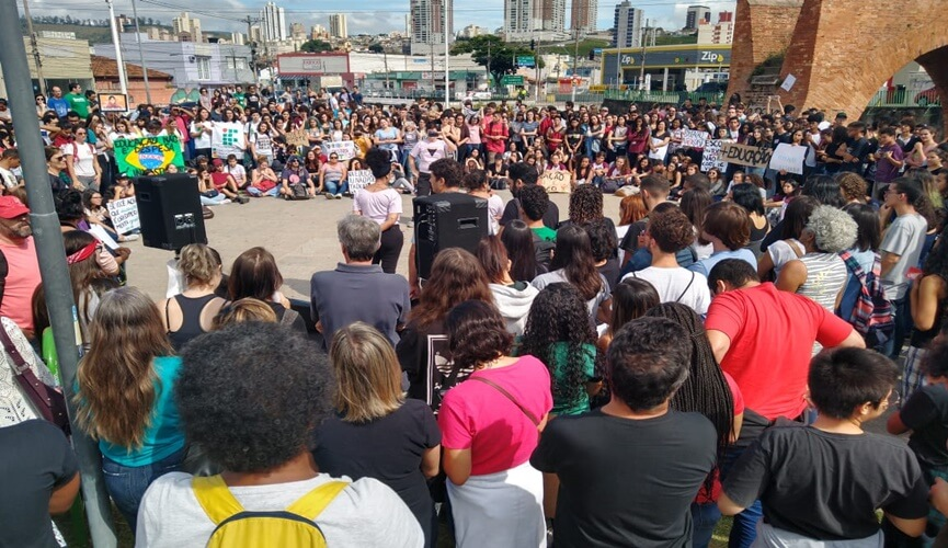 Professores e alunos protestam contra cortes de Bolsonaro na Educação