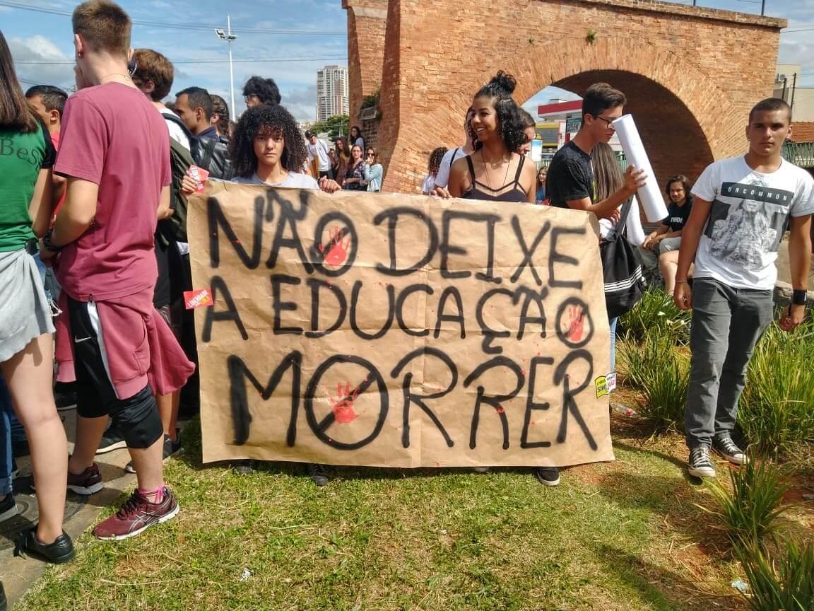 Professores e alunos lutam pela educação em protesto (Foto: Motoboy Xororó)