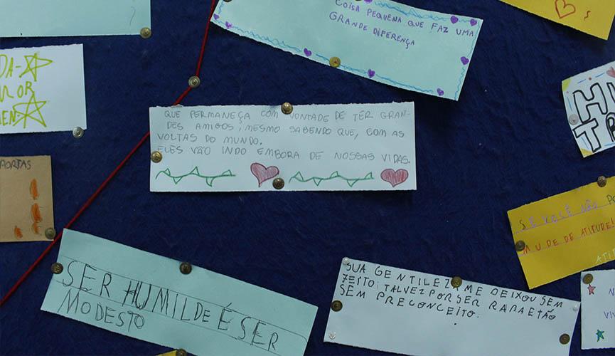 Escola De Jundiaí Cola Frases No Chão E Na Parede Para