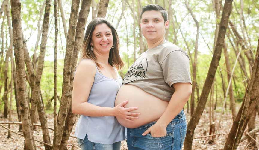 Pai decide ficar 'grávido' e bebê deve nascer em setembro