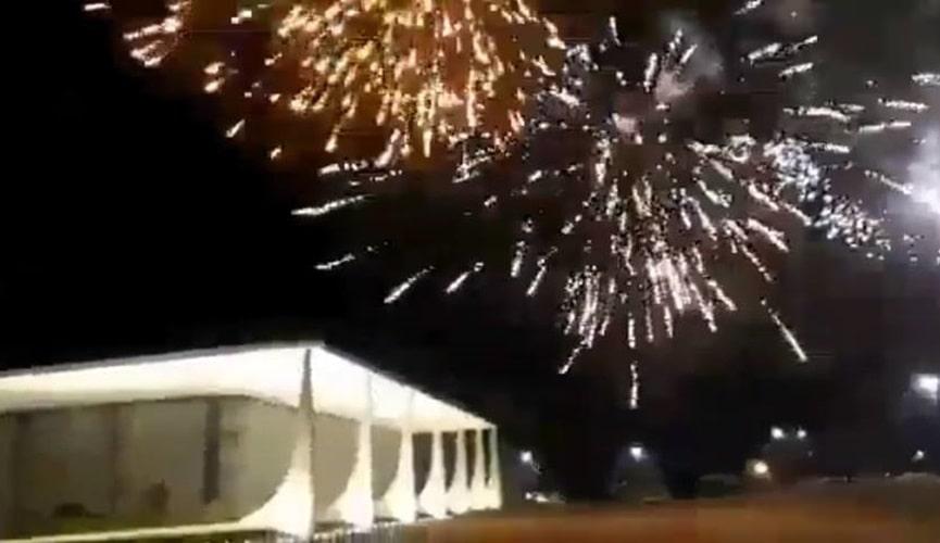 Bolsonaristas lançam fogos de artifício contra prédio do STF