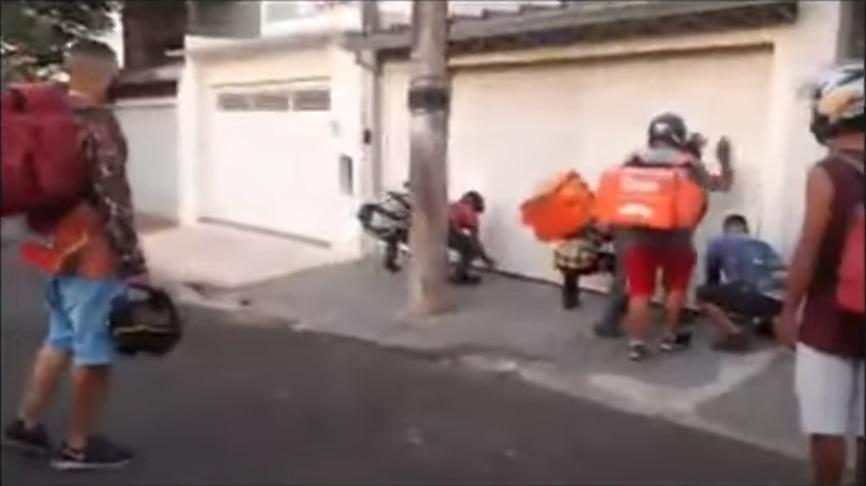 Reprodução de vídeo em que motoboys destroem portão e carro de cliente após suposto golpe